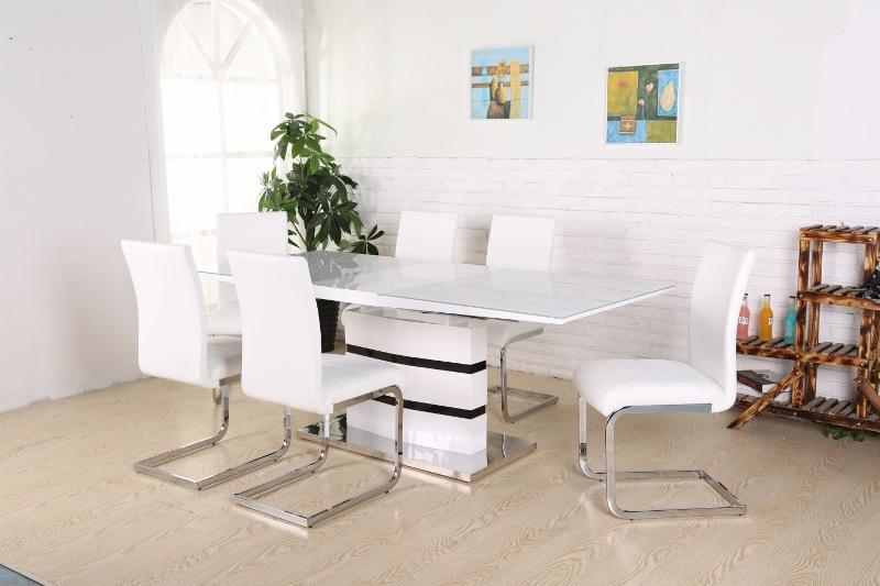 vita klädda stolar